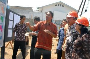 Guberbur Jawa Tengah, Bibit Waluyo, saat meninjau lokasi proyek