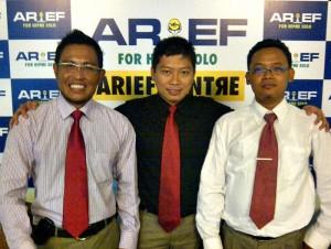 Foto : Tengah Nugroho Arief Harmawan  dan Tim Sukses (Kiri) Wahyu Haryanto,  (Kanan) Nurul Khawari