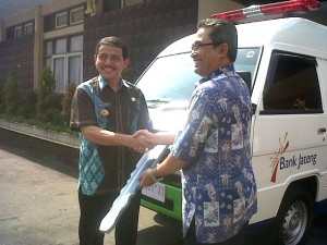 Bupati Danar menerima penyerahan kunci mobil ambulance secara simbolis dari Kepala cabang Bank Jateng Dito hendratomo(kanan)