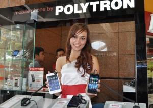 Produk smartphone Polytron Wizard Twins 5.0 W2500 [kiri] dan W2430 yang dipamerkan di Solo Grand Mall [SGM] Solo, Jumat (15/3/2013).