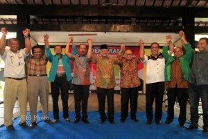 Calon Gubernur (Cagub) Jawa Tengah, Hadi Prabowo (empat dari kiri) didampingi Panglima Mega Bintang Mudrick Sangidoe (lima dari kiri) serta beberapa pimpinan partai yang mendukung Hadi Prabowo antara lain Partai Hanura, Partai Gerindra, PKS dan PPP saat deklarasi di Joglo Sriwedari di Jalan Slamet Riyadi, Solo, Minggu (24/3/2013). Calon Gubernur (Cagub) Jawa Tengah, Hadi Prabowo akan berpasangan dengan Calon Wakil Gubernur (Cawagub) Don Murdono dalam Pemilihan Gubernur (Pilgub)Jateng 2013.