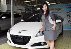 Model saat berpose didepan Honda CR-Z