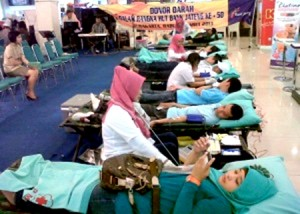 DONOR DARAH-Aksi donor darah yang digelar Bank Jateng Cabang Solo dalam rangka menyambut perayaan ulang tahun (Ultah) emas, 6 April 2013