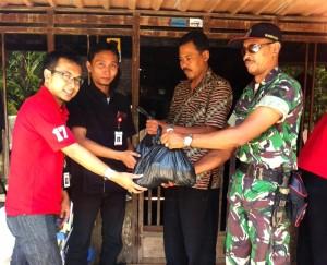 Pemberian Paket Sembako kepada Warga Karanganyar, Purwodadi, Grobogan