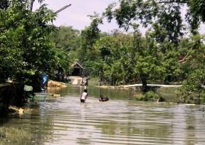 Kondisi banjir saat ini, masih terlihat genangan air yang menutupi jalan.
