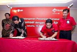 Direktur Umum Lion Air Edward Sirait, Direktur Utama Lion Air Rusdi Kirana, Direktur Utama Telkomsel Alex J. Sinaga, Direktur Sales Telkomsel Mas'ud Khamid menandatangani perjanjian kerjasama sebagai komitmen kedua belah pihak untuk saling mendukung terutama dalam hal peningkatan layanan bagi pengguna jasa kedua perusahaan tersebut.