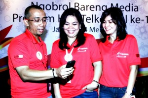 Head of Marketing Communications Group Telkomsel, Irlamsyah Syam bersama Head of Digital Lifestyle Group Telkomsel, Marina Kacaribu didampingi Head of Corporate Communications Group Telkomsel, Adita Irawati sedang menunjukan beberapa aplikasi yang akan dipersembahkan dalam rangka HUT Telkomsel ke-18 dalam acara Ngorbol Bareng Media, Selasa (14/5) di Jakarta. Dalam ulang tahunnya ke-18 Telkomsel mengusung tema Muda-Berbagi-Paling Indonesia.