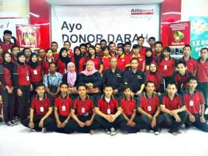 Karyawan Alfamart usai melaksanakan donor darah