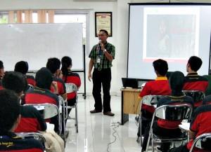Community Public Relation Manager Alfamart, Fathur Rahman saat memberikan training di Klaten. Rabu (15/5/2013)