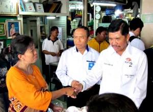 Cawagub Sudijono bersalaman dengan pedagang Pasar Wonogiri
