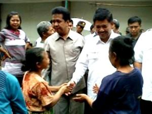 Cawagub Jateng Sudijono bersalaman dengan pedagang saat blusukan di Pasar Legi, Solo, Senin (13/5)