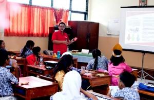 """Salah satu karyawan Telkomsel yang ikut berpartisipasi dalam program """"Telkomsel Mengajar"""" melakukan edukasi seputar teknologi kepada siswa-siswi SDN 03 Tebet Timur, Jakarta, Kamis (2/5). Telkomsel memberikan dukungan pembelajaran berbasis teknologi digital dan menerjunkan karyawan internal untuk secara langsung memberikan edukasi mengenai dunia TI secara dini kepada anak didik."""