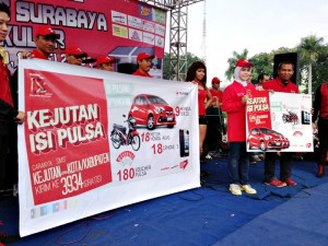 Yetty Kusumawati, Executive Vice President Area Jawa Bali dan Agus Mulyadi, Head of Area Jawa Bali Group saat launching Kejutan Isi Pulsa