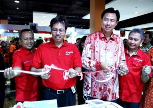 Head of Channel Management Group Telkomsel, Mirza Budiwan; Direktur Sales Telkomsel Mas'ud Khamid; Presiden Direktur PT. Telesindo Shop, Hengky Setiawan dan Head of Customer Care Management Group Telkomsel, Bambang Supriogo menggunting pita peresmian sekaligus pengoperasion Telkomsel Shop di Kalibata City Square lantai LG No. C-18, Jakarta, Senin (3/6). Telkomsel bersama dengan PT. Telesindo Shop berencana untuk mengembangkan Telkomsel Shop di beberapa lokasi outlet premium Telesindo Shop di seluruh Indonesia.