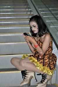 JO, Solo - Peserta Solo Batik Carnival (SBC) 6, asyik memainkan handphone, usai sesi pemotretan di IT Mall Center Point, Jl Slamet Riyadi, Purwosari Solo. Minggu (9/6/2013) - ian