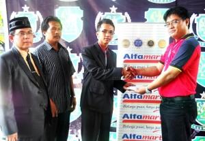 Tunjangan pendidikan diberikan kepada Aditya Agam Nugraha sebagai peringkat kedua tertinggi (SMA Negeri 1 Surakarta) sebesar Rp 7,5 juta oleh Kepala Cabang Alfamart Klaten, Andon Swasono Putro