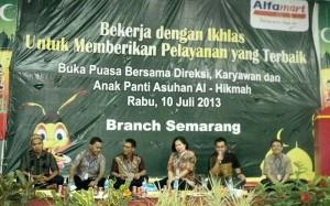 Direktur Marketing (Velina Yulianti), OGM (Benny Sugiarto), BM Semarang (Leo Hartoko), DBM Semarang (Edy Wibowo) dan Tri Wahyu Sampurno. saat acara buka bersama
