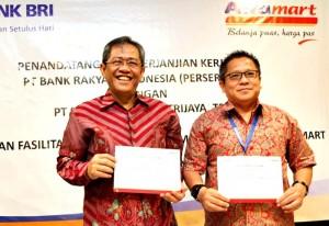 Direktur Bisnis UMKM BRI Djarot Kusumayakti (kiri) berfoto bersama Hans Harischandra Tanuraharjo, Direktur Operasional Alfamart (kanan) usai menandatangani piagam kerjasama, pemberian fasilitas kredit kepada member SSP Binaan Alfamart.