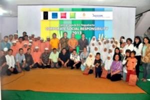 Jajaran manajemen Accor berpose bersama pengurus dan siswa Yayasan Nur Hidayah