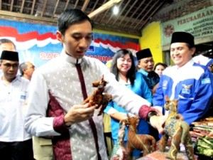 Edhie Baskoro Yudhoyono (Ibas) ketika meninjau UMKM Desa Puro, Kecamatan Karangmalang, Sragen, Selasa (23/7