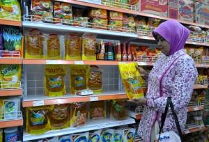 Seseorang sedang belanja di Madina Mart, mini market syariah
