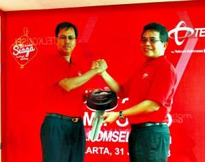 """Direktur Utama Telkomsel Alex J. Sinaga (kanan) secara simbolis menyerahkan kunci mobil kepada Direktur Sales Telkomsel  Mas'ud Khamid untuk menandai """"Pelepasan Tim Posko Telkomsel Siaga"""" di Jakarta, Rabu (31/8). Pada kesempatan ini Telkomsel juga melepas 46 unit Mobile GraPARI Indonesia untuk memberikan layanan di sepanjang jalur mudik dan daerah-daerah yang tidak terjangkau oleh kantor pelayanan Telkomsel selama musim Lebaran 2013."""