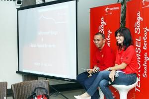 """VP Marketing Communications Telkomsel Irlamsyah Syam (kiri) dan VP Corporate Communications Telkomsel Adita Irawati saat memaparkan tentang """"Posko Mudik"""" dan """"Mudik Bareng"""" yang merupakan bagian dari program """"Telkomsel Siaga 2013"""", Jum'at (19/7) di Jakarta."""