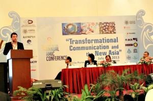 Direktur Marketing Telkomsel Alistair Johnston (kanan) menerima penghargaan 'Distinctive Achievement Award in Communication Technology Infrastructure Development' di acara '22nd Asian Media Information and Communication Centre (AMIC) Annual Conference' di Yogyakarta (4/7)