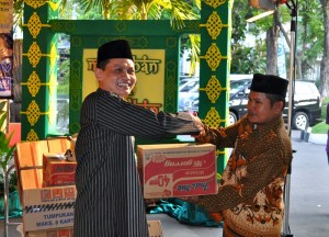 GM KSPH, Purwanto Yudhonagoro saat memberikan sumbangan