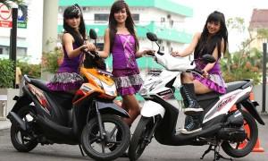 Sejumlah model berpose bersama produk keluaran terbaru Honda BeAT-FI