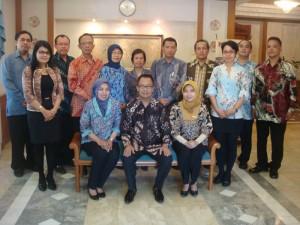 GM Kusuma Sahid Prince Hotel Solo, Martono Saputro beserta manajemen dan staff hotel yang mengenakan batik berfoto bersama di Executive Lounge