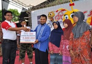 Branch Manager Alfamart Cabang Klaten, Andon Swasono Putro, saat meneyerahkan bantuan ke Panti Asuhan Yatim Putri Aisyiyah. Minggu (27/10/2013)