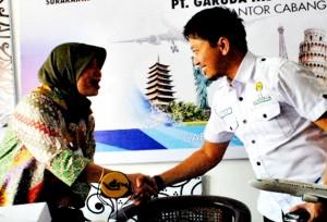 GARUDA-HIPMI MoU: Ketua BPC Hipmi Solo Nugraha Arief Harmawan dan PT Garuda Indonesia, Branch Office Solo, Flora Izza usai menandatangani MoU