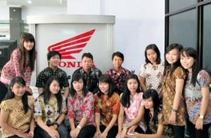 Karyawan dan Staff PT Kurnia Kasih Motor, saat berpose mengenakan busana batik di Hari Batik Nasional, 2 Oktober 2013