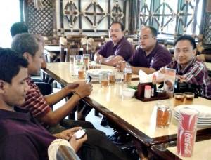 Peserta roadshow PHRI saat berbincang di lobi hotel di Bandung. Selasa (12/11/2013)