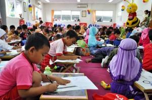 Alfamart Branch Klaten,Sabtu (16/11/2013) begitu ramai dan berbeda dari hari biasanya , sebab  ratusan siswa sekolah taman kanak dan SD tengah asyik mengikuti lomba mewarnai yang diselenggarakan Alfamart.