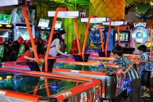Outlet Funworld The Park yang mulai dibuka 31 Oktober 2013 lalu. Arena rekreasi keluarga ini menawarkan ratusan game arcade dan 12 wahana permainan