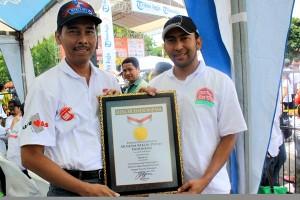 General Manager Prepaid Marketing Communications Telkomsel Abdullah Fahmi (kanan) menerima penghargaan dari Senior Manager MURI Paulus Pangka di Jogjakarta (17/11). Pada acara ini Kartu As Telkomsel meraih penghargaan MURI sebagai pemrakarsa dan penyelenggara aktivasi paket Internet serentak dengan peserta terbanyak mencapai 105.165 di 20 kota se-Indonesia.