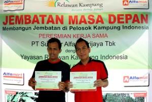Ketua Yayasan Relawan Kampung Indonesia Arif Kirdiat (kiri) dan General Manager Corporate Communication PT Sumber Alfaria Trijaya, Tbk Nur Rachman (kanan) saat meresmikan kerja sama  antara  Alfamart Alfamidi dan Yayasan Relawan Kampung  dalam program Jembatan Masa Depan pada Kamis (31/10) di Lampung Selatan