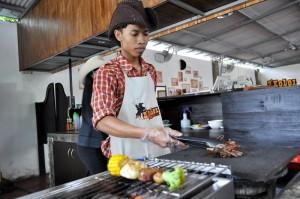 Chef saat menyajikan menu iga batu