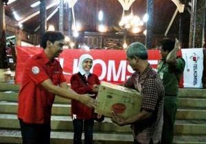Yetty Kusumawati, Executive Vice President Telkomsel Area Jawa Bali  dan Rukmono Cahyadi, GM SCC Telkomsel Region Jateng-DIY saat memberikan bantuan di Pendopo Kabupaten Kudus
