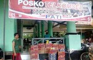 Posko Telkomsel dengan layanan telpon gratisnya di beberapa titik Kudus dan Pati