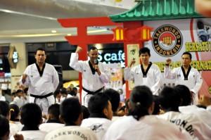 Dandim Surakarta Letkol Inf. Sumirating Baskoro, Tanu Kismanto, Taekwondoin Jawa Tengah, serta Sabeum (instruktur) saat latihan bersama di Soparmal