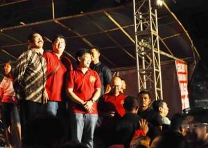 Walikota Solo, FX Hadi Rudyatmo bersama Panitia Bersama Imlek 2565, menyaksikan pelepasan ribuan lampion terbang. Benteng Vastenberg Rabu ( 29/1/2014)