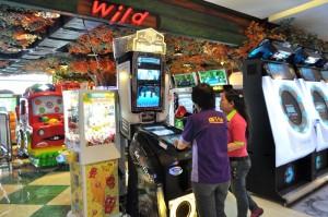 Petugas didepan wahana permainan MuziBox, yang akan dikompetisikan Minggu (26/1/2014)