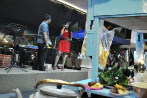Sambil menikmati kuliner tamu dihibur sajian musik lokal Solo