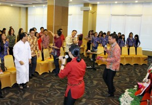 NATAL BERSAMA-Perayaan Natal bersama Favehotel Solo Baru yang digelar staf dan manajemen hotel. Kegiatan ini turut mengundang 50 anak yatim dari Panti Asuhan Wisma Kasih Kudus dan Panti Asuhan Anak Mandiri