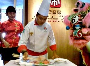 Chinese Chef The Sunan Hotel Solo, Edi Eko Priyanto tengah menyajikan Yee Sang yang merupakan menu istimewa saat Imlek