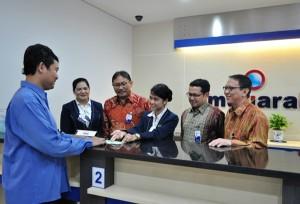 Jajaran Direksi Bank Mutiara saat menyaksikan aplikasi nasabah