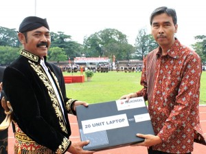 Rukmono Cahyadi, GM Sales and Customer Care Telkomsel Region Jateng DIY saat memberikan bantuan 20 laptop kepada Wali Kota Surakarta, F.X. Hadi Rudyatmo